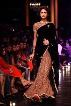 Lakme India Fashion Week Winter 2014 Sabysachi beige glitter and black sari. Pakistani Dresses, Indian Dresses, Indian Outfits, India Fashion Week, Lakme Fashion Week, Tokyo Fashion, Street Fashion, Indian Fashion Designers, Indian Designer Wear