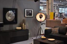 Lampa stojąca Malmo F01499BK obok pięknego obrazu przestrzennego firmy Evolution Home