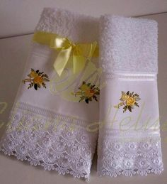 Toalha de rosto e lavabo bordados. Set of face towel and toilet embroidery and finished with cotton lace.