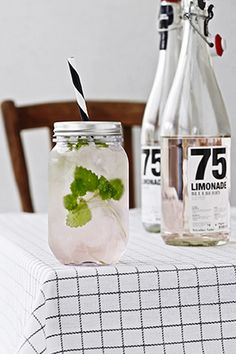 Are you interested in our Jam Jar Glass? With our Jam Jar Glass with Straw you need look no further. Fun Drinks, Yummy Drinks, Beverages, Jam Jar Glasses, Pots, Drinking Jars, To Go, Apple Decorations, Plastic Glass