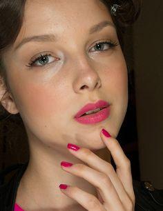 Luisa Beccaria Luisa Beccaria conjunta labios y uñas en rosa fucsia para un look que estamos deseando copiar.