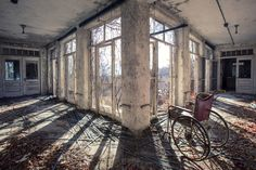 Photographer Matt Van der Velde has toured the deserted and decaying hospitals once used to house and treat patients suffering from psychiatric disorders. Abandoned Churches, Abandoned Asylums, Abandoned Places, Abandoned Cars, Photo Background Images, Photo Backgrounds, Post Apocalyptic City, Real Haunted Houses, Haunted Places
