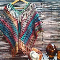 Ponchos al crochet / fb Moda Crochet, Crochet Coat, Crochet Jacket, Knitted Poncho, Knit Or Crochet, Crochet Scarves, Crochet Clothes, Crochet Stitches, Crochet Patterns