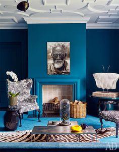 Дом в ЮАР Такой цвет дизайнер Андреа Графф сделала в комнате из-за синего ковра. Сначала в этот цвет выкрасили стены, а потом обили диван тканью того же оттенка.