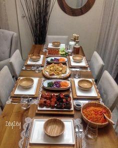 We always sit at such tables, we always eat nam nam nam but no tontişlemeses . Party Food Platters, Serving Platters, Brunch Table, Dinner Table, Breakfast Table Setting, Turkish Breakfast, Appetizer Salads, Ramadan Recipes, Food Decoration