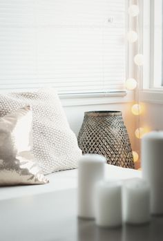 White pillows and lights #pillows #lights #white #home #decoration #homedecor