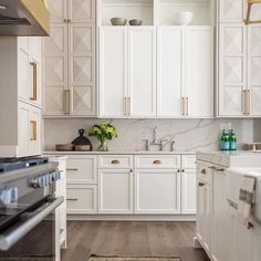 I️ am obsessed with these kitchen cabinets and the brass accents design by @whittneyparkinson #willowsresidence by @mrssarahshields •