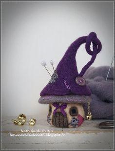 Maisonnette pique-aiguilles en laine feutrée nuances taupes et violettes : Accessoires de maison par les-vendredis-de-nath