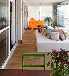 O bufê de um laranja intenso brilha na varanda gourmet da psiquiatra Renata Leoni, em São Paulo. Para reformar o apartamento, a moradora contou com a ajuda da designer de interiores Carol Lovisaro e da arquiteta Fernanda Lovisaro