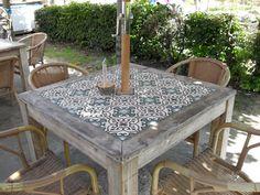 tuintafel van steigerhout met ingelegde Marokkaanse tegels