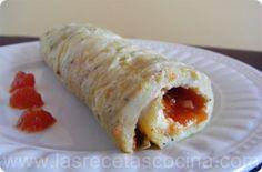 Rollito de tortilla rellena de queso y mermelada de tomate