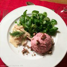 Rote-Bete-Mousse mit Feldsalat und Räucherforelle