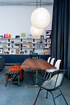 Open boekenkast in eclectische loft