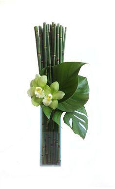 ¡Muy bonito! Bambú, tres hojas de piñanona y dos preciosas orquídeas.