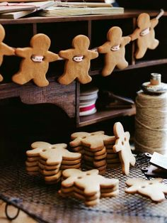 Get together with your family and create your own Hygge Christmas Decorations. Gingerbread Men Garland : 100 Days of Homemade Holiday Inspiration. Christmas Hacks, Noel Christmas, Christmas Baking, Winter Christmas, Christmas Kitchen, Christmas Cookies, Christmas Garlands, Christmas Gingerbread, Holiday Wreaths