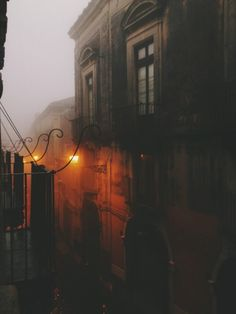 l´ombre des jours ☁️ spooky mist descends upon the city, all hlows eve is night urban dark clair obscur urban street landscape Beautiful Places, Beautiful Pictures, Autumn Cozy, Shooting Photo, Mists, Scenery, In This Moment, Illustrations, World