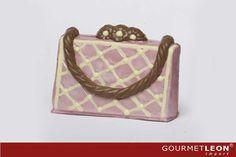 figuras de chocolate belga, bolso de mujer en color rosa con detalles claros elaborado con chocolate belga