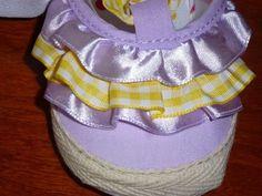 Sandalia fechada com folhos à frente, cor lavanda, laçarote tecido quadrados amarelo, sola flexível e antiderrapante.  Tamanho: 0-6 meses - 12€