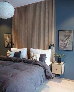 Akzentwand - der letzte Trend in der modernen Wandgestaltung - Akzentwand moderne Wandgestaltung Holzbretter beiderseits symmetrisch zwei Bilder Wandlampen Nachtti - Modern Master Bedroom, Master Bedroom Design, Blue Bedroom, Minimalist Bedroom, Home Decor Bedroom, Contemporary Bedroom, Modern Wall, Bedroom Ideas, Modern Decor