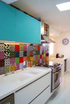 Cozinha com armários branco e azul turquesa, com ladrilho hidráulico. #kitchen #homedecor #cocina #decoração #apartamentodecorado #cozinhaplanejada #cozinhamoderna #interiordesign #tiles