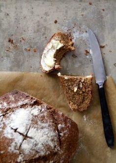 En enkel rugbrød oppskrift er alltid kjekt å ha. Og med denne oppskriften kan du begynne på deigen på ettermiddagen og ha ferskt brød til kveldsmat! Baked Goods, Camembert Cheese, Bacon, Food And Drink, Bread, Cakes, Lifestyle, Cake Makers, Brot