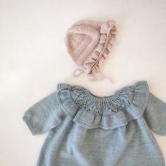 @fairwool.dk Det ser ud til at mange små piger skal have en #flæsekyse til 17. Maj i år❤️ Opskriften er på tilbud til kun 15,- kr resten af dagen i dag. Her hjemme skal den sættes sammen med #lilysblåbærdragt strikket som kjole og med 3/4 ærmer. Find begge opskrifter på fairwool.dk