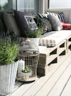 Gezellige zitplaats voor buiten, met een bank gemaakt van pallets
