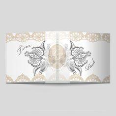 Hochzeitseinladungen die auffallen! Die Spitzenbordüre verleiht Ihrem Fest einen leichten Vintage Look – ein absolutes MUSS bei heutigen Hochzeiten. Vintage Stil, Tapestry, Home Decor, Bunting Bag, Love Story, Invites Wedding, Monogram, Card Wedding, Wedding Ideas