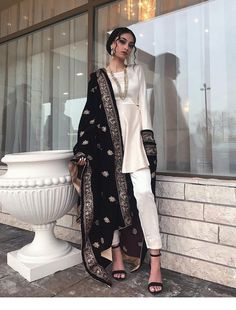 Saree and blouses Beautiful Indian Outfit Inspirational Ladies - Pakistani Bridal Dresses, Pakistani Dress Design, Pakistani Outfits, Indian Dresses, Indian Outfits, Pakistani Fashion Casual, Pakistani Clothing, Bridal Lehenga, Indian Attire