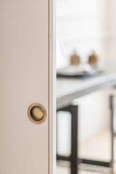 Joseph Giles sliding door flush pull in antique brass - fint litet handtag. Kolla specialbeslag!