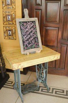 Mesa con pie de maquina de coser antigua