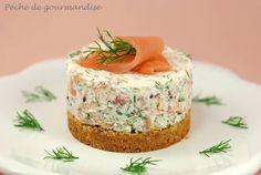 Smoked salmon cheesecake 200 g of Tuc biscuits g or 1 pack) 50 g of butter g) 300 g of ricotta 150 g of mascarpone 200 g of smoked salmon 1 bunch of dill 1 tbsp. Cheese Appetizers, Best Appetizers, Appetizer Recipes, Mini Cheesecakes, Cheesecake Recipes, I Love Food, Baies Roses, Food And Drink, Cooking Recipes