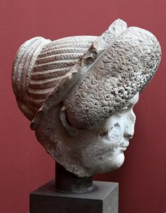 Reinette: Ancient Roman Hairstyles and Headdresses from the Flavian Dynasty to the Age of Trajan Roman Hairstyles, Art Romain, Sculpture Museum, Roman Sculpture, Roman Art, Ancient Artifacts, Hair Ornaments, Ancient Rome, Roman Empire