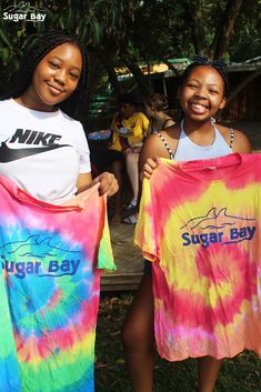 Tie dying your clothes is a fun way to add colour to your wardrobe. Read more to find out how to tie dye with acrylic paint. Willow Smith, Tie Dye Fashion, How To Tie Dye, Harry Potter Aesthetic, Using Acrylic Paint, Camping Crafts, Types Of Art, Craft Activities, Kylie Jenner