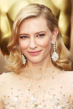A lesson in soft elegance, Cate Blanchett chose pink-toned make-up to complement her pale Armani Privé gown, wearing her hair in Forties-inspired waves. The perfect look for a spring wedding, if you ask us! Cate Blanchett, Oscar Hairstyles, Celebrity Hairstyles, Wedding Hairstyles, Blonde Celebrity Hair, Celebrity Beauty, Make Up Looks, Jessica Biel, Beauty Makeup