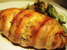 En av mine favoritter. Veldig enkelt. Og veldig godt.    1 kyllingfilet per person   1-2 skiver bacon per kyllingfilet   1 ss kremost per ky...