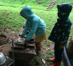 MUD PLAY! How to set up a simple, movable mud kitchen Pre K Activities, Preschool Learning Activities, Sensory Bins, Sensory Play, Sensory Table, Preschool Set Up, Fairy Dust Teaching, Outdoor Learning Spaces, Sand And Water Table