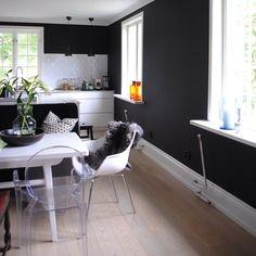 @brodogsirkus Grey Interior Design, Corner Desk, Kitchens, Chair, Furniture, Home Decor, Corner Table, Decoration Home, Room Decor