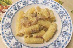 La pasta alla gricia è un tipico piatto della cucina laziale. Il guanciale e il pecorino romano si sposano in un primo povero ma ricco di sapore e tradizione. Pochi ingredienti che, se ben trattati, danno un risultato impareggiabile