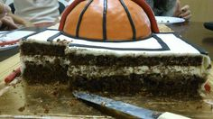 Bizcocho de chocolate almíbar de frutos rojos rellena de crema madame y cubierta de ganache de chocolate blanco