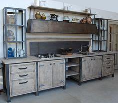 """La nostra cucina """"Industrial Chic"""" deriva dal genere industriale con la struttura portante, le vetrine e la cappa, realizzate in ferro anticato e brunito."""