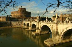 El #CastelSantAngelo y #PonteSantAngelo, el puente más bonito que cruza el Tíber. http://www.viajararoma.com/lugares-para-visitar-en-roma/castel-santangelo/ #turismo #Roma #viajar #Italia