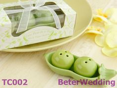 """Two Peas in a Pod"" Salt and Pepper Shakers  Gifts For Your Baptism, Wedding上海倍樂禮品BeterWedding 專屬不凡的你的婚禮回贈小禮物 http://aliexpress.com/store/513753 #baptism #wedding  http://beterwedding.com"
