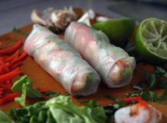 Fresh Vietnamese Spring Rolls by GỎI CUỐN .spring rolls are my fav! Antipasto, Asian Recipes, Healthy Recipes, Ethnic Recipes, Vietnamese Recipes, Vietnamese Summer Rolls, Vietnamese Noodle, Chefs, Jai Faim