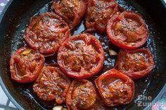 Ricetta facile per realizzare i pomodori imporchettati arrosto pronti in 10 minuti. Aromatizzati con un trito di rosmarino e aglio e cotti in padella.