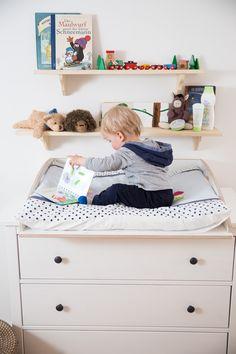 Baby spielt auf Wickelaufsatz für Ikea Hemnes Kommode
