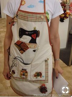 Gallinas I don't wear aprons but these are just outsta Sewing Art, Sewing Crafts, Sewing Patterns, Apron Patterns, Quilting Projects, Sewing Projects, Cute Aprons, Sewing Aprons, Apron Designs