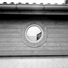 Ett runt fönster ger en intressant stilbryting på ett annars linjärt hus.  #Ekstrands #runda #fönster #window #inspiration #arkitektur #architecture #design
