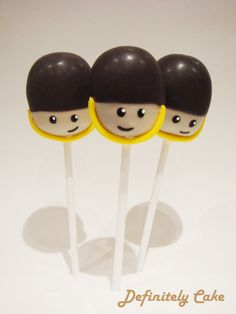 Bespoke cake pops, deliciously decorated to make the perfect tasty treat for any occasion! Serving London and the rest of the UK. 90th Birthday Cakes, Queen 90th Birthday, First Birthday Parties, First Birthdays, Happy Birthday, Queen's Coronation, Royal Cakes, Queens Guard, London Party