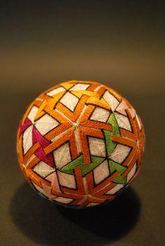 Âgée de 92 ans, cette mamie réalise de magnifiques motifs sur des balles en soie avec une impressionnante minutie